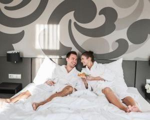 Paar auf Bett in Hotelzimmer